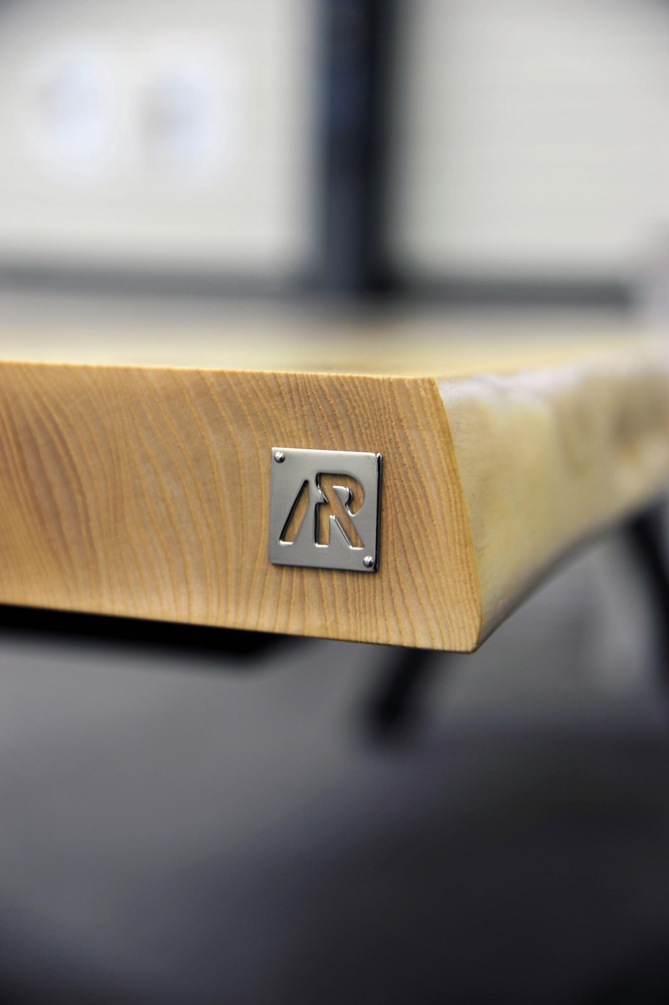 Table artisanale sur mesure / modèle Aubier / Frêne olivier massif / Pied en Gris acier / Fabrication française de haute facture / ARTMETA