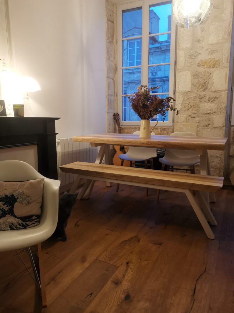 Table Aubier en frêne olivier massif / L 160 x l 80 x h 75 cm / Pieds en blanc / Banc assorti