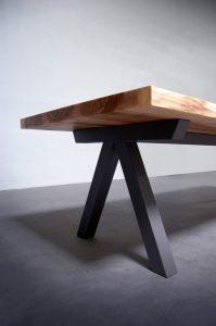 Table en bois massif Aubier / pied de table en acier / Artmeta