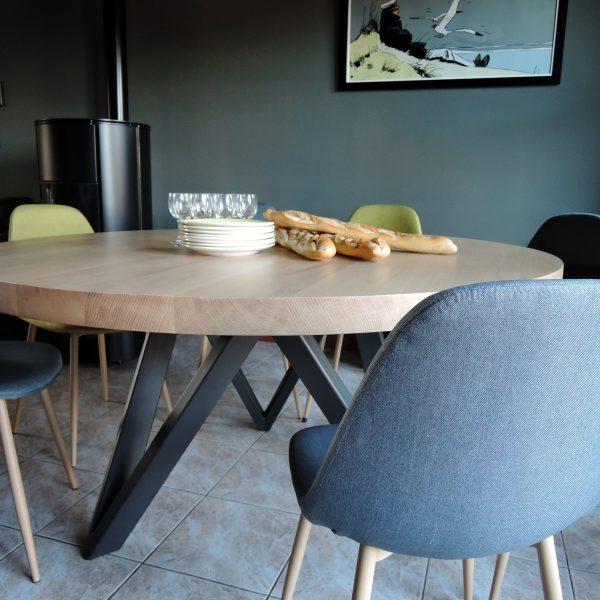 Table ronde M / Diamètre 150 cm en chêne blanchi massif et piétement couleur gris acier