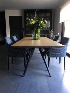 ARTMETA / Table Ma Reine / 240 x 110 cm / bois de chêne naturel massif et piétement en aluminium pleine masse noir charbon