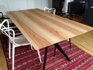 ARTMETA / table papillon 200 x 100 cm / frêne olivier et pied charbon noir