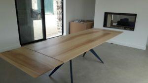 ARTMETA / table papillon 220 x 90 cm / frêne olivier et pied RAL 5011