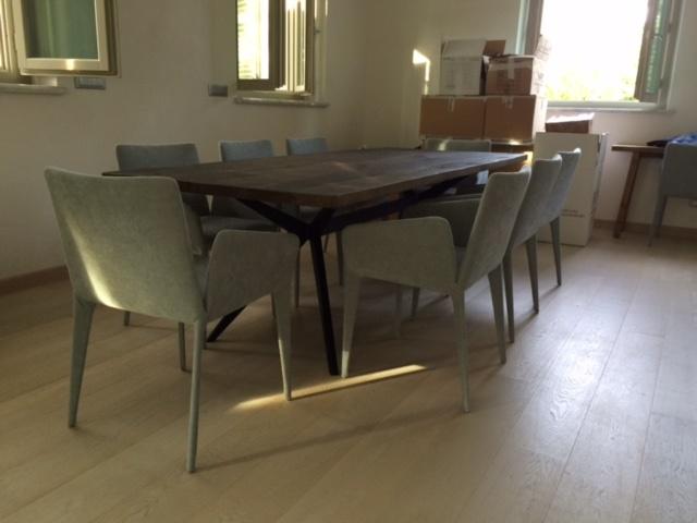 ARTMETA / table papillon 250 x 100 cm / noyer et pied noir charbon