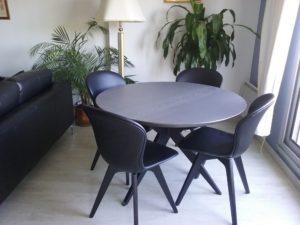 ARTMETA / table papillon ronde diamètre 110 cm / frêne blanc teinté gris et pied noir charbon