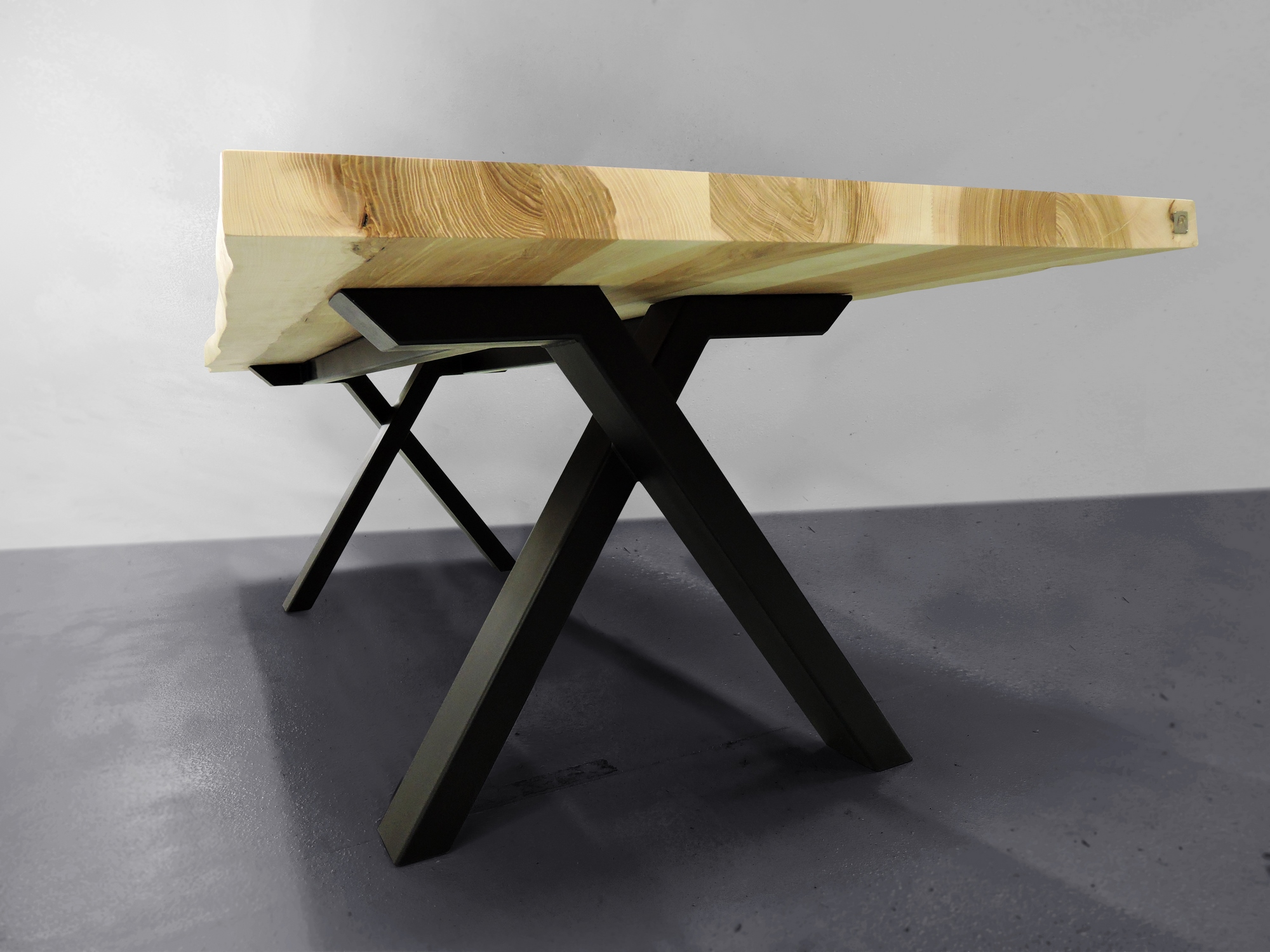table viking live edge m tal et bois massif fabrication artisanale. Black Bedroom Furniture Sets. Home Design Ideas