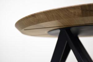 Table ronde M en acier et bois massif / chêne contemporain français et acier bleu nuit / Fabrication artisanale