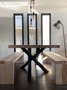 Table Mikado avec bancs en frêne olivier et pieds en RAL 7016 / Fabrication sur mesure ARTMETA