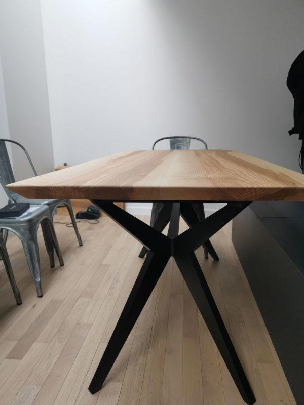 Table à manger Papillon / 160 x 75 x H 75 cm / Chêne contemporain et pied noir charbon / Fabrication sur mesure ARTMETA