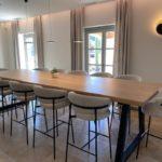 Table haute en acier et bois massif sur mesure / ARTMETA
