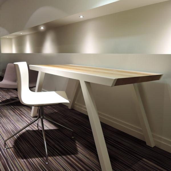 ARTMETA / bureau Profil en acier et bois massif / 150 x 70 x H 75 cm / frêne olivier et pied blanc