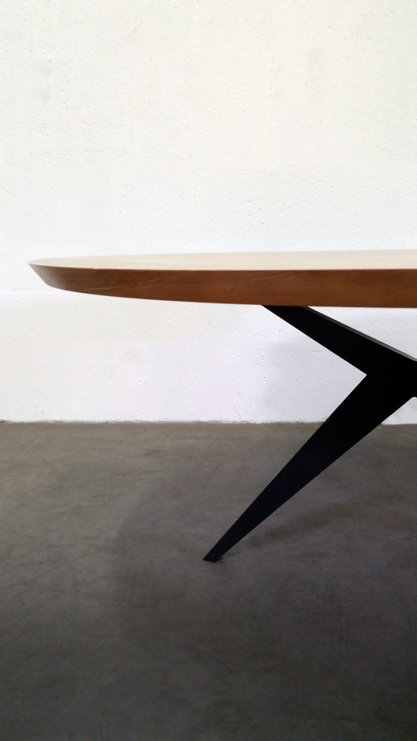 ARTMETA / table papillon ronde diamètre 140 cm / frêne olivier et pied RAL 7016