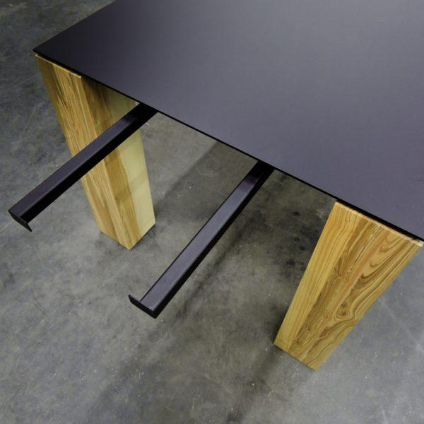ARTMETA contraste table plateau acier et pieds bois massif