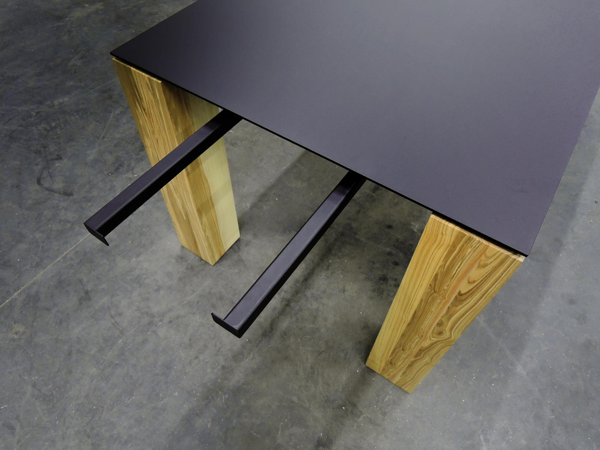 table contraste plateau acier et pieds bois massif sur mesure. Black Bedroom Furniture Sets. Home Design Ideas