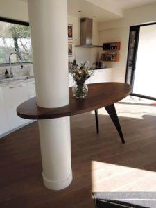 ARTMETA table sur mesure autour d'un poteau