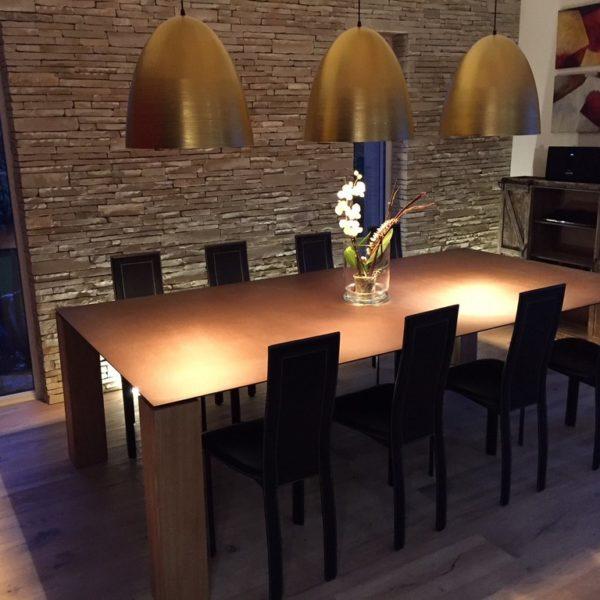 ARTMETA / table Contraste 260 x 135 x H 75 cm / plateau marron cuivré + pieds chêne naturel
