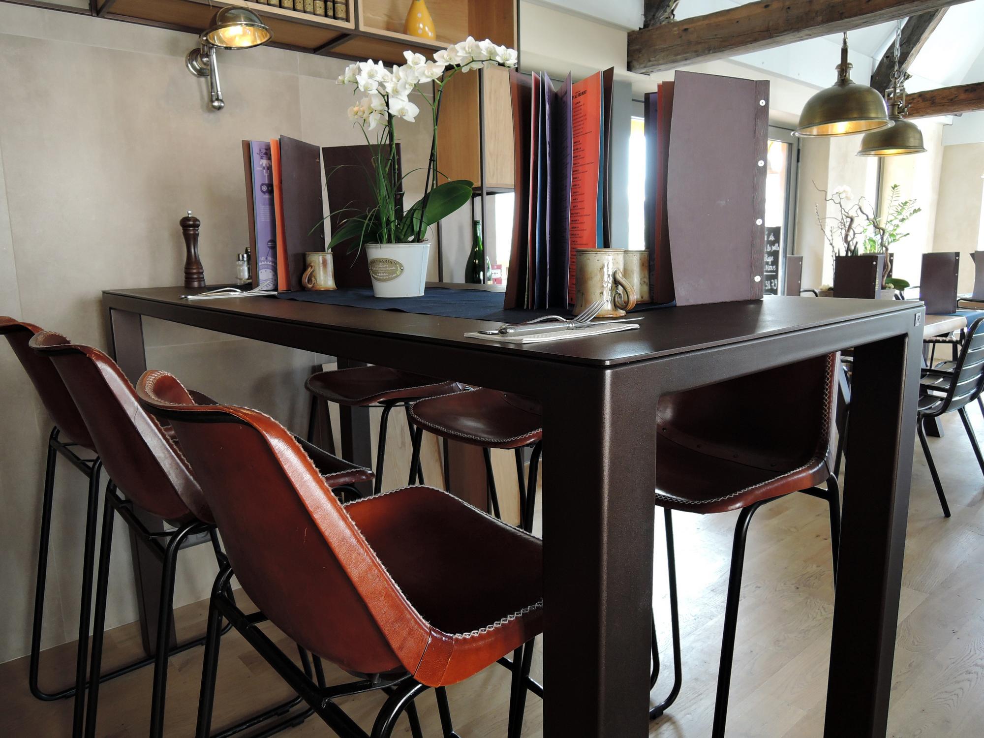 Table acier Monochrome