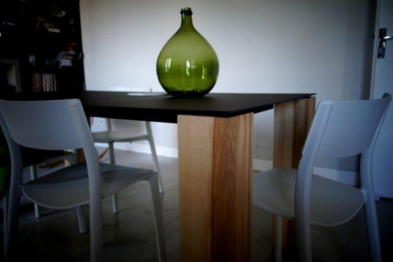 ARTMETA Table Contraste / 180 x 90 cm / pieds en bois massif de frêne olivier / plateau finition gris acier