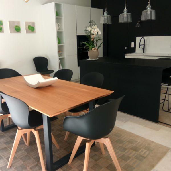 ARTMETA / table urbaine 180x90 cm en chêne naturel massif avec pied acier noir