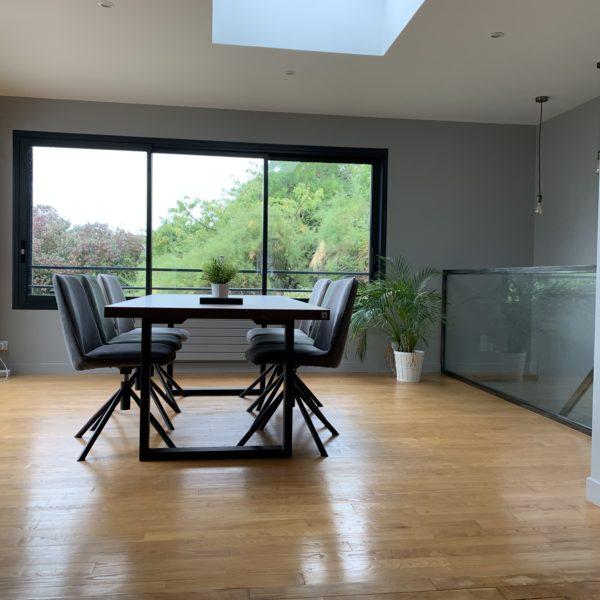 ARTMETA / table urbaine 210x100 cm en chêne teinté massif avec pied acier noir