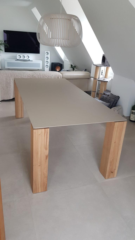 ARTMETA / table Contraste 210 x 100 cm / plateau en acier couleur sable mouillé et pieds en chêne naturel