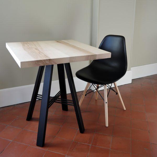 ARTMETA table TRESSE carrée / piétement noir charbon et frêne olivier