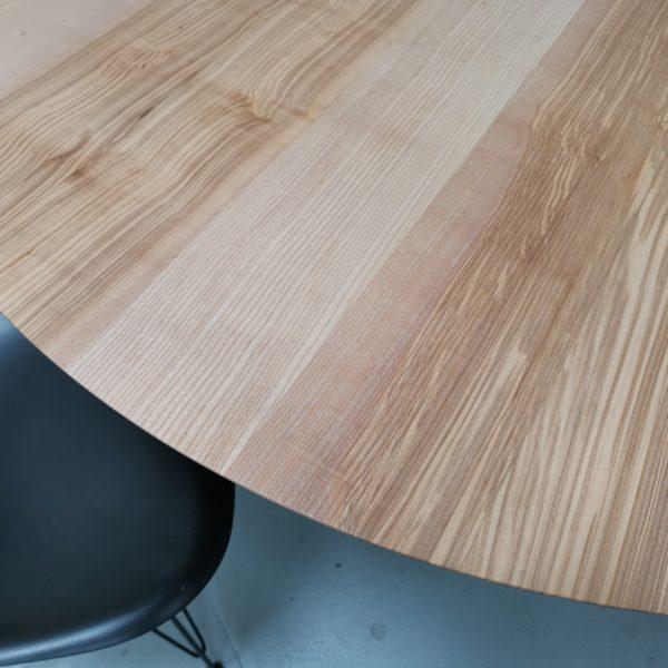 ARTMETA / table ronde de 135 x H 75 cm / frêne olivier et noir doré