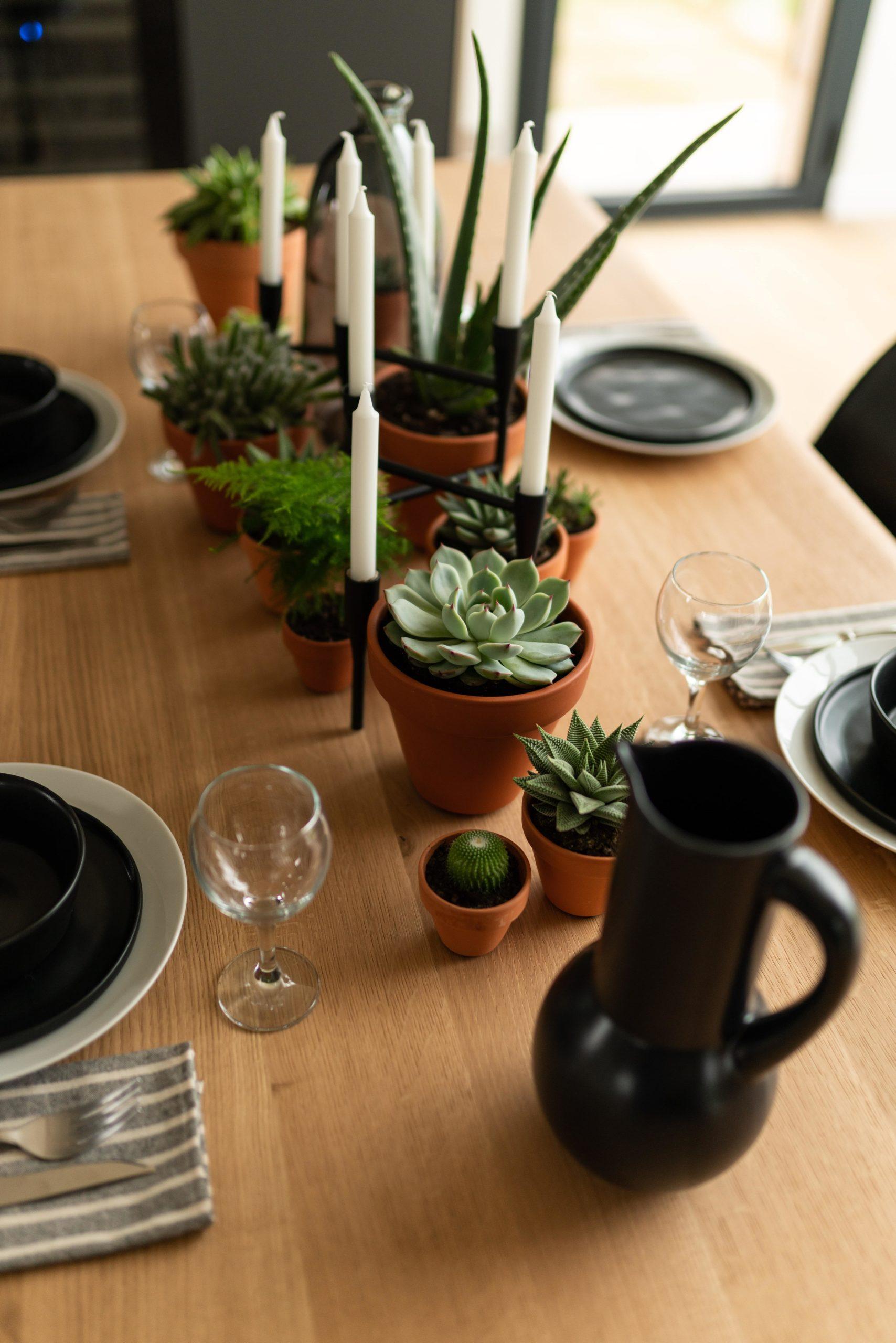 Table à manger Albatros en acier et bois massif / 220 x 100 x H 75 cm / Chêne naturel et charbon noir / ARTMETA / Photo : Aymeric Picot