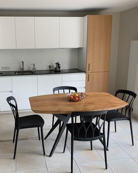 """ARTMETA / Table Ma reine avec plateau de forme """"surf"""" / 140x90 cm en chêne naturel authentique massif et pied gris acier"""