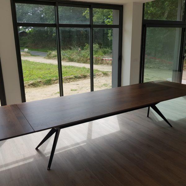 ARTMETA / table Papillon 300x120 cm en noyer américain massif et pied charbon noir