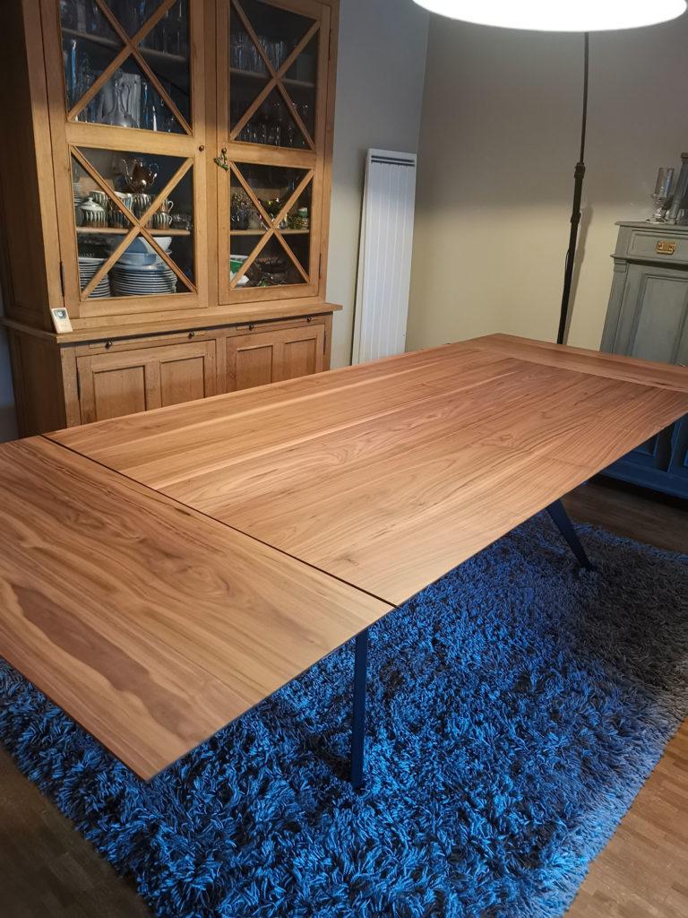 ARTMETA / table Ma Reine rectangle 200x115 cm / 2 allonges / noyer américain massif et pied noir charbon