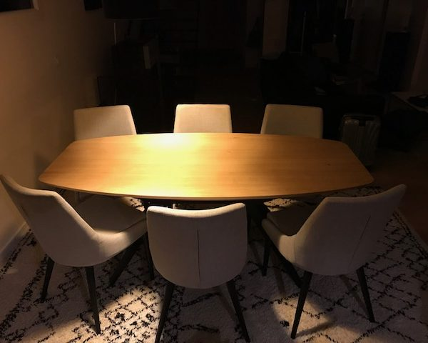 """ARTMETA / Table Papillon avec plateau de forme """"surf"""" 180x90 cm en chêne naturel massif et pied noir charbon"""