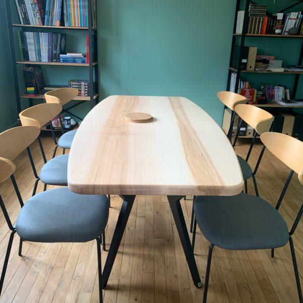 """ARTMETA / Table Ma Reine de forme """"surf"""" / 180x90 cm en frêne olivier et pied noir charbon"""
