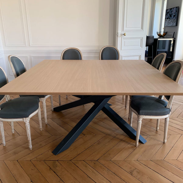 ARTMETA / Table Mikado carrée / 165 x 165 cm en placage de chêne naturel et pied RAL 7016