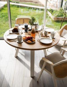 Table ronde Nageoire / Chêne contemporain massif et pied acier blanc / Diamètre 120 cm / Fabrication artisanale française et sur mesure / ARTMETA