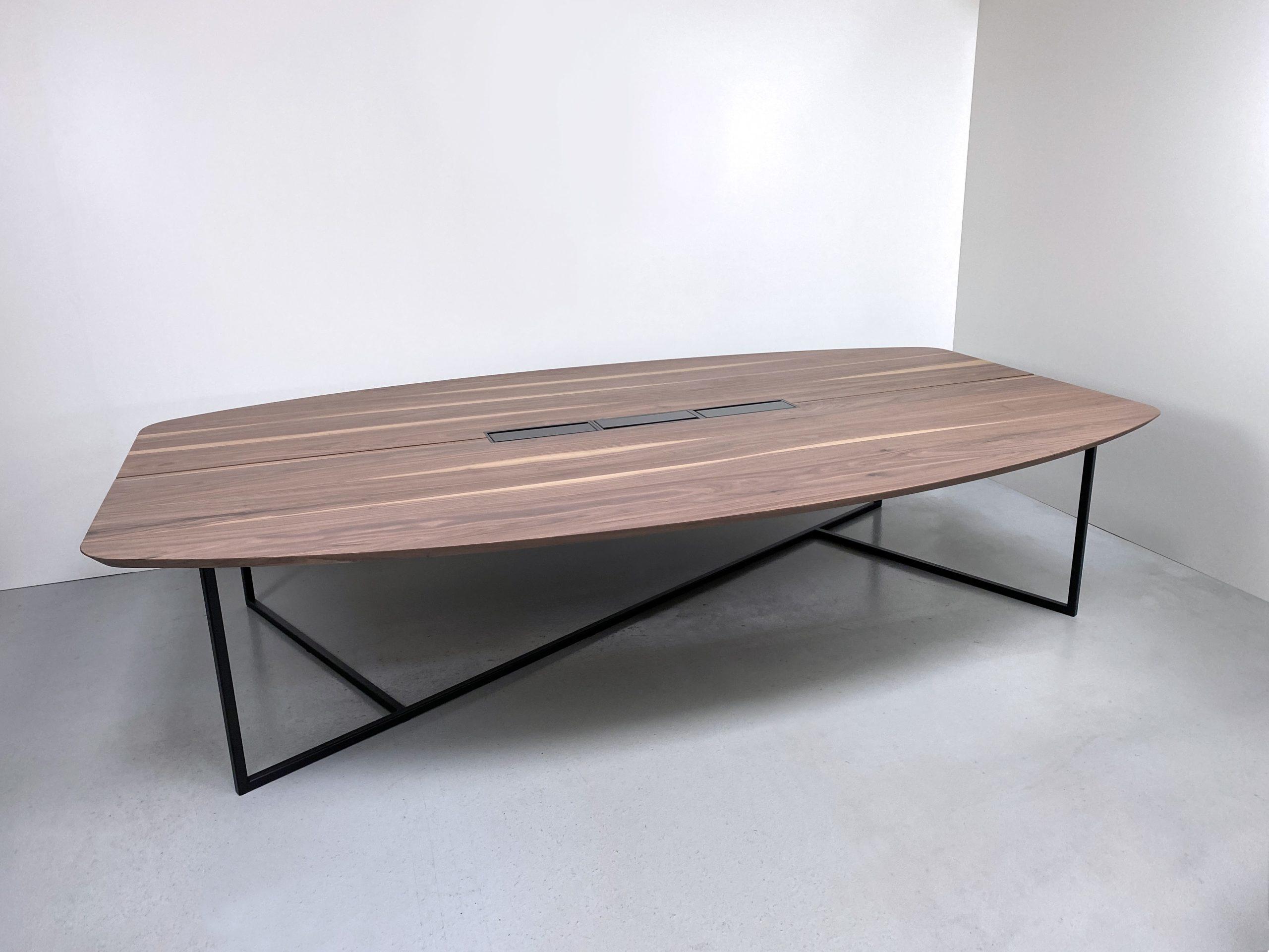 Table de réunion EMPREINTE plateau forme surf en noyer massif et pied acier noir charbon / Dimensions 340 x 200 x H 75 cm / Boitiers top access Bachmann encastrés à fleur