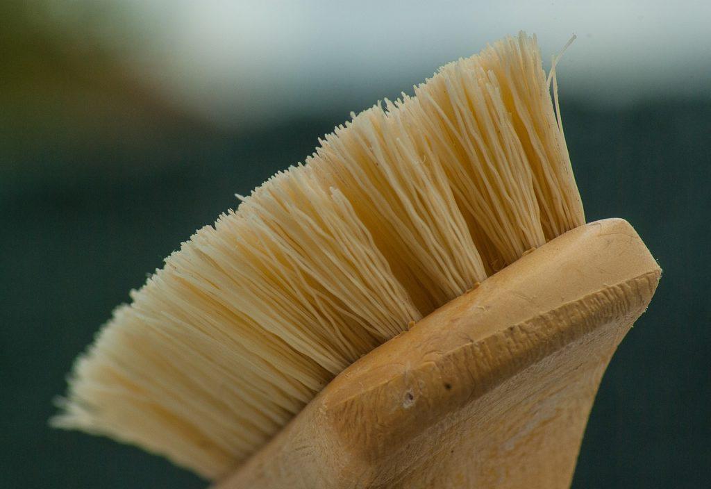 Brosse pour entretien du mobilier de jardin en bois