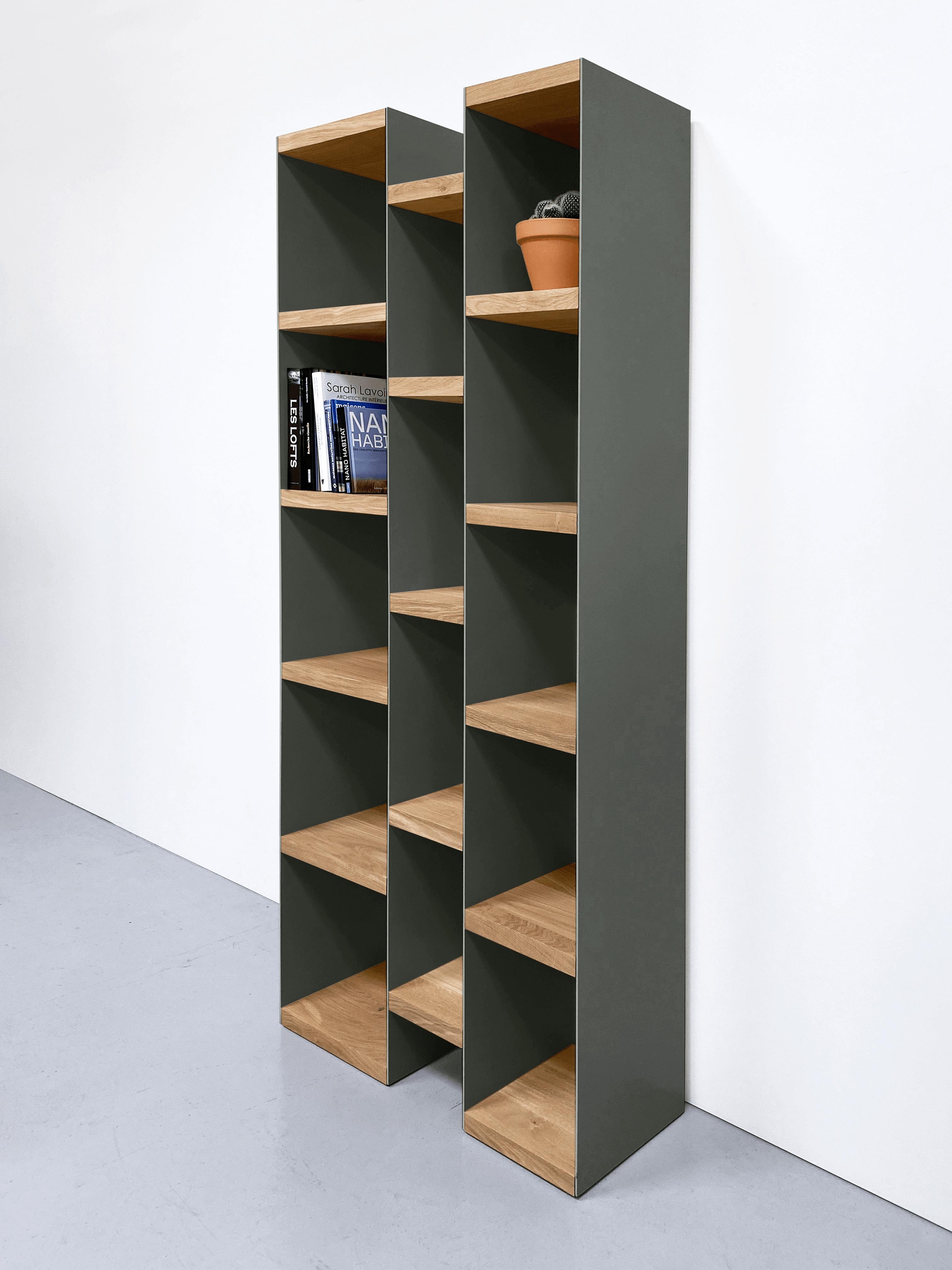 Bibliothèque murale PAGE / Acier kaki et chêne massif / 85 x H 220 x P 35 cm / Artmeta