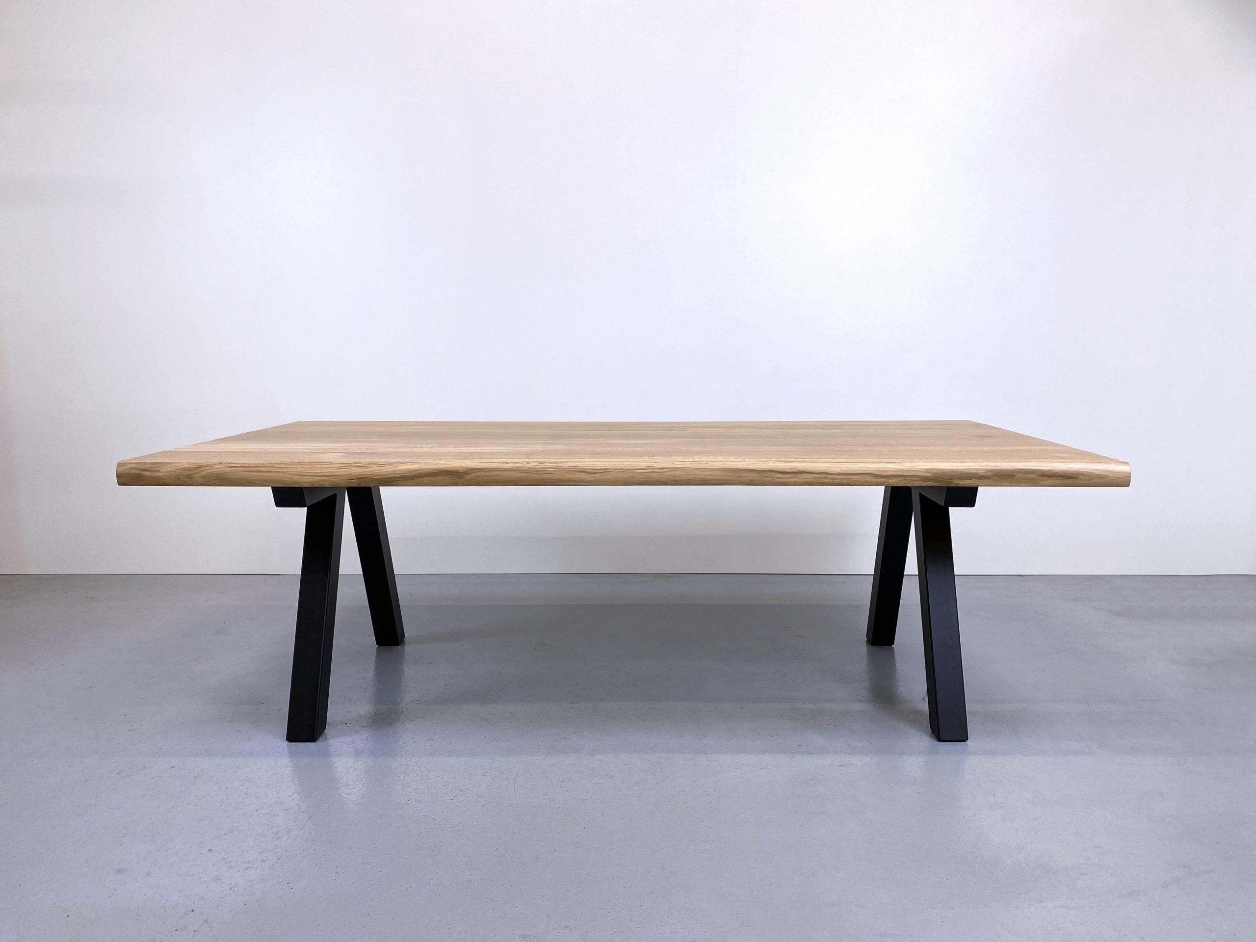 Table Pi en acier et bois massif / 240 x 120 x H 75 cm / chêne authentique et pied noir / ARTMETA