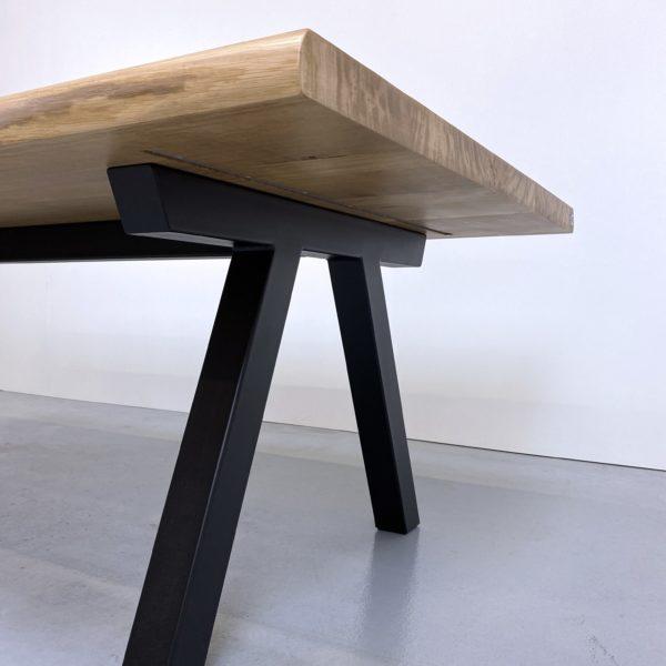 table à manger bois et métal Pi en acier et bois massif / chêne authentique et pied noir / ARTMETA