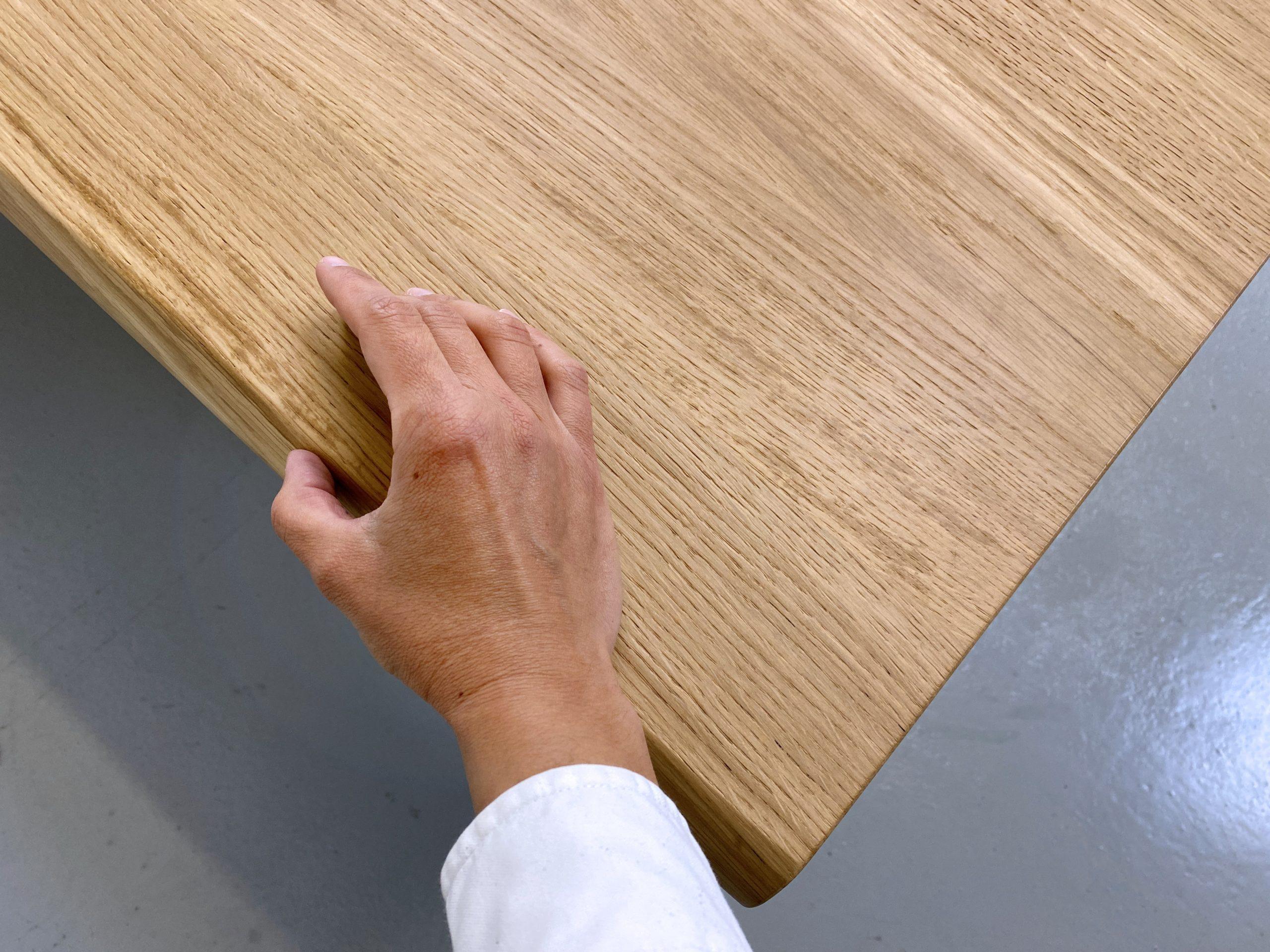 Table Pi en acier et bois massif / chêne authentique et pied noir / ARTMETA / Comment rénover une table en bois vernis ?