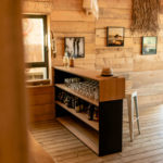 Meuble bar Troquet ARTMETA - Fabrication sur mesure en acier et bois massif / Dimensions du modèle en photo : L 190 x P 40 x H 110 cm / chêne naturel et acier Noir charbon