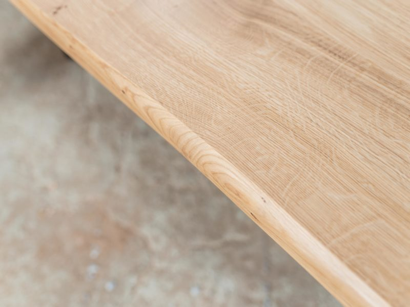 Comment rénover une table en bois verni ?