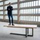Table à manger Equilibre / 220 x 100 x H 75 cm / Chêne blanchi et pied Kaki / Fabrication artisanale ARTMETA