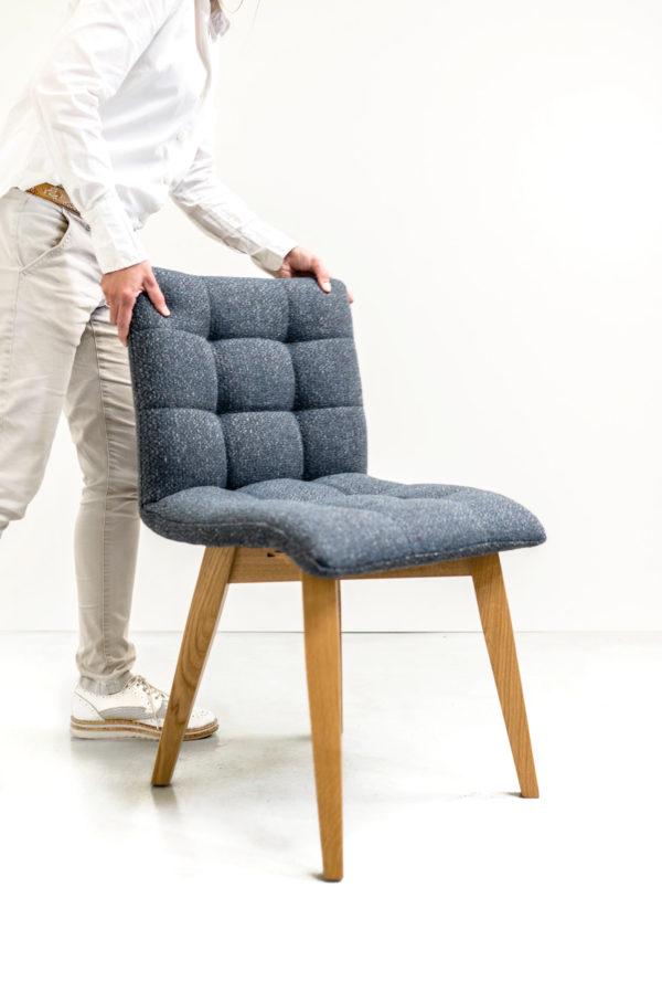 Chaise capitonnée de fabrication française / piétement en chêne massif / tissu bleu
