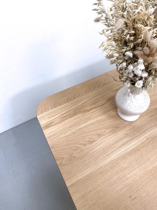 Table rectangulaire coins arrondis Comtesse / 220 x 90 x H 75 cm / Acier et chêne massif français / Piétement couleur laiton + bleu nuit / Fabrication artisanale et sur mesure / ARTMETA